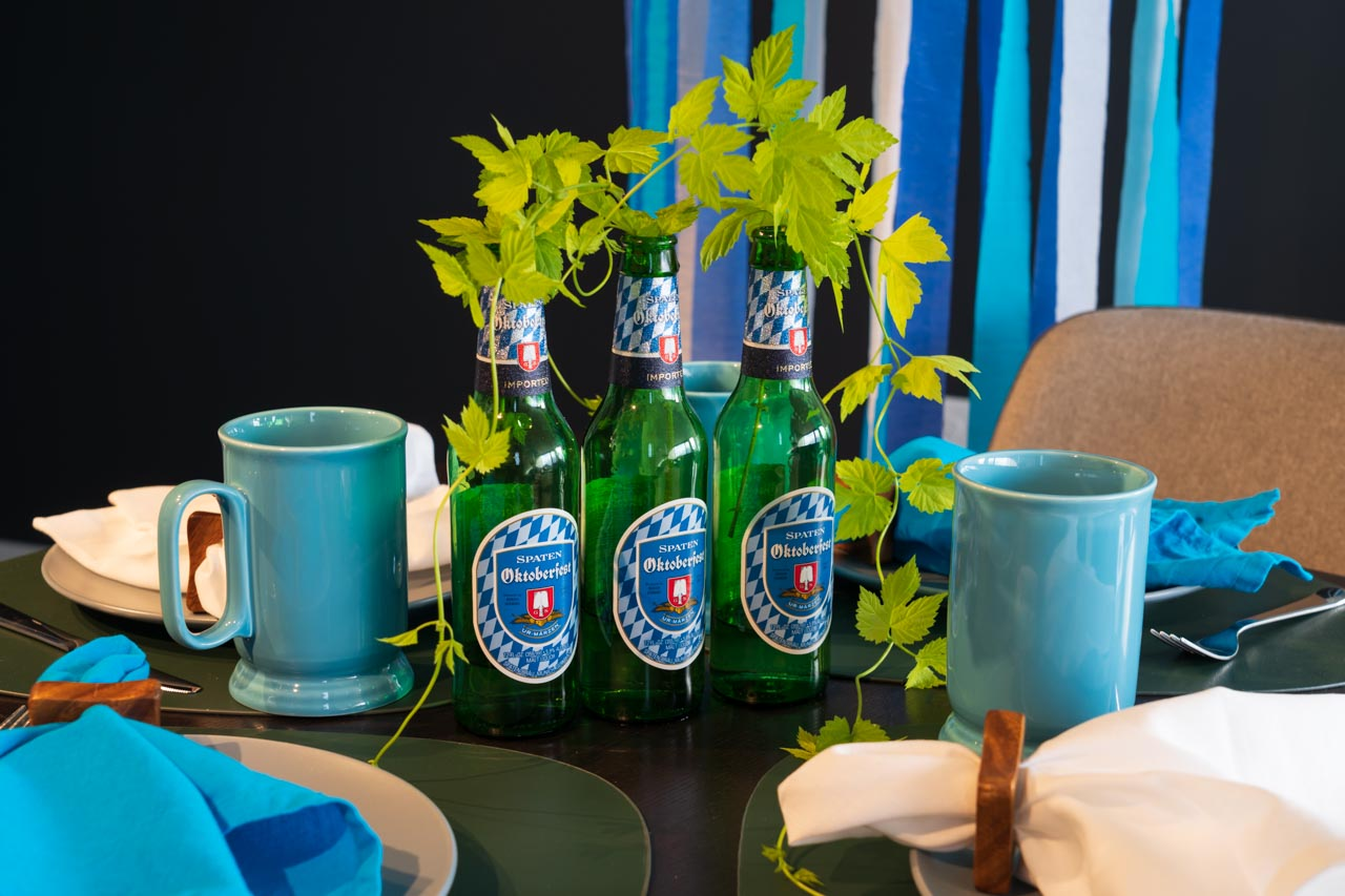 Table set in Bavarian colours white and blue